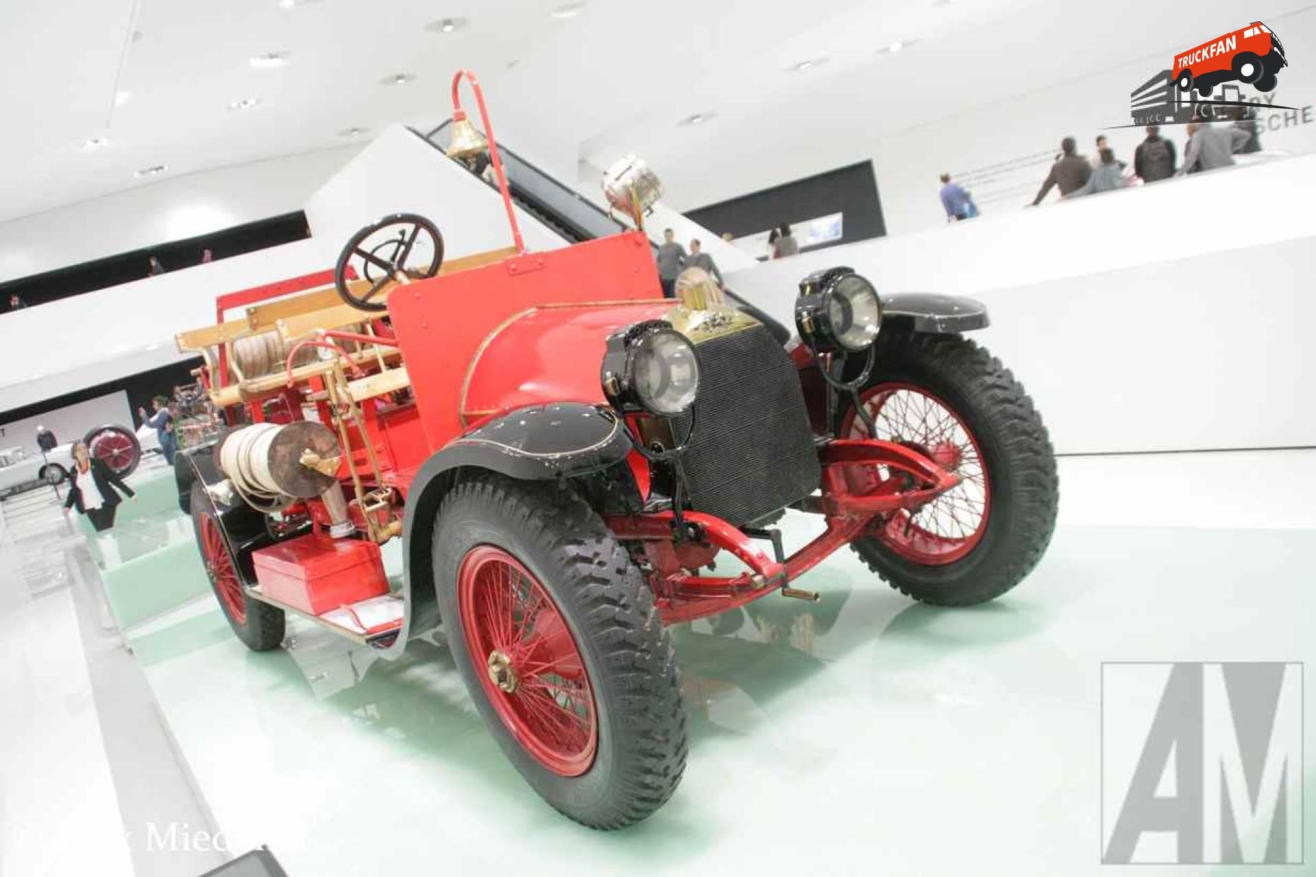 Austro-Daimler Ferdinand Porsche was altijd gek op brandweerwagens. Deze voertuigen zijn snel en praktisch, precies waar hij van hield. Toen hij bij Austro-Daimler aan het werk ging, was het ontwikkelen van hulpverleningsvoertuigen één van zijn kerntaken. Zijn eerste opdracht op dat gebied was een brandweerwagen voor het eigen brandweerkorps van de Austro-Daimler fabriek. Voor het eerst waren de pomp en slangen aangebracht op een voertuig waar ook de brandweermannen in meereden. Na 20 jaar inzet in de eigen fabriek, heeft hij nog 36 jaar gediend bij een gemeentelijk brandweerkorps in Burgenland.Ferdinand Porsche was altijd gek op brandweerwagens. Deze voertuigen zijn snel en praktisch, precies waar hij van hield. Toen hij bij Austro-Daimler aan het werk ging, was het ontwikkelen van hulpverleningsvoertuigen één van zijn kerntaken. Zijn eerste opdracht op dat gebied was een brandweerwagen voor het eigen brandweerkorps van de Austro-Daimler fabriek. Voor het eerst waren de pomp en slangen aangebracht op een voertuig waar ook de brandweermannen in meereden. Na 20 jaar inzet in de eigen fabriek, heeft hij nog 36 jaar gediend bij een gemeentelijk brandweerkorps in Burgenland.Ferdinand Porsche was altijd gek op brandweerwagens. Deze voertuigen zijn snel en praktisch, precies waar hij van hield. Toen hij bij Austro-Daimler aan het werk ging, was het ontwikkelen van hulpverleningsvoertuigen één van zijn kerntaken. Zijn eerste opdracht op dat gebied was een brandweerwagen voor het eigen brandweerkorps van de Austro-Daimler fabriek. Voor het eerst waren de pomp en slangen aangebracht op een voertuig waar ook de brandweermannen in meereden. Na 20 jaar inzet in de eigen fabriek, heeft hij nog 36 jaar gediend bij een gemeentelijk brandweerkorps in Burgenland. Ferdinand Porsche was altijd gek op brandweerwagens. Deze voertuigen zijn snel en praktisch, precies waar hij van hield. Toen hij bij Austro-Daimler aan het werk ging, was het ontwikkelen van hulpverleningsvoertuigen één va