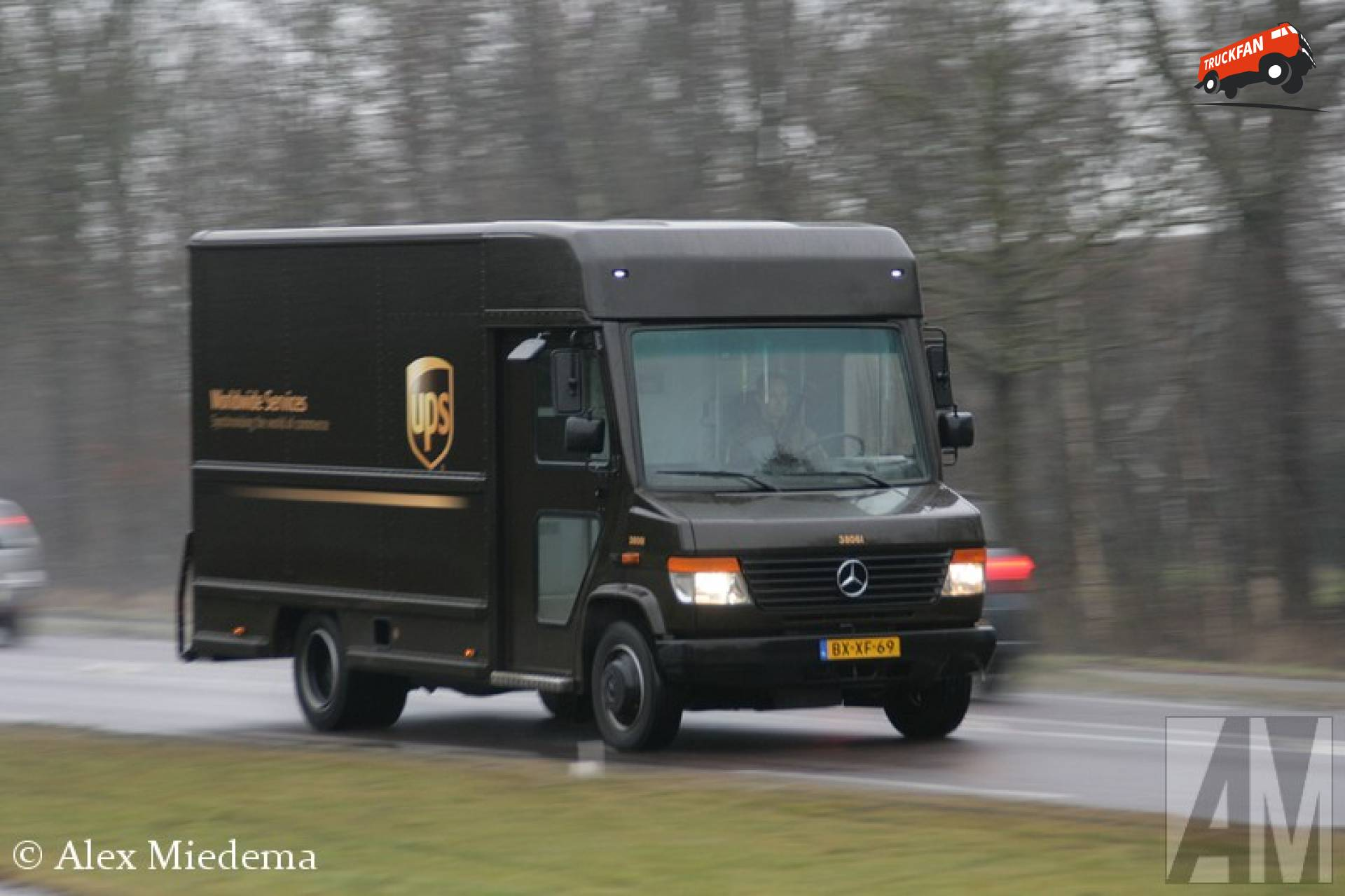 Foto mercedes benz vario van ups special transport for Mercedes benz service b specials
