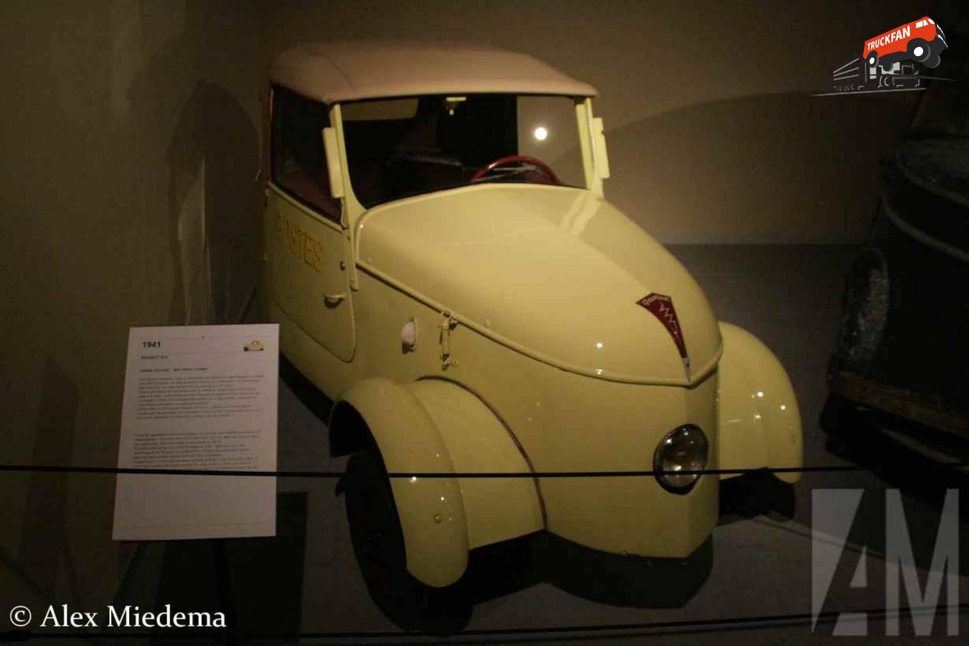 Peugeot VLV VLV lijkt een driewieler, maar heeft toch echt vier wielen. De achterwielen zitten wel heel dicht bij elkaar, de spoorbreedte is maar 335 millimeter. Ze delen zelfs samen een rem. De Voiture Légère de Ville (Frans voor lichte stadsauto) kwam in 1941 op de markt. Tot en met 1945 werden er in totaal 377 exemplaren gebouwd, waarvan er meerdere richting de posterijen gingen. Ze werden gebouwd in het deel van Frankrijk wat bezet was doro de Duitsers. Deze vonden dat ze de fossiele brandstoffen maar het beste zelf konen gebruiken, de VLV is derhalve aangedreven door vier 12V accu's. Deze geven de Peugeot een topsnelheid van 30 kilometerVLV lijkt een driewieler, maar heeft toch echt vier wielen. De achterwielen zitten wel heel dicht bij elkaar, de spoorbreedte is maar 335 millimeter. Ze delen zelfs samen een rem. De Voiture Légère de Ville (Frans voor lichte stadsauto) kwam in 1941 op de markt. Tot en met 1945 werden er in totaal 377 exemplaren gebouwd, waarvan er meerdere richting de posterijen gingen. Ze werden gebouwd in het deel van Frankrijk wat bezet was doro de Duitsers. Deze vonden dat ze de fossiele brandstoffen maar het beste zelf konen gebruiken, de VLV is derhalve aangedreven door vier 12V accu's. Deze geven de Peugeot een topsnelheid van 30 kilometer