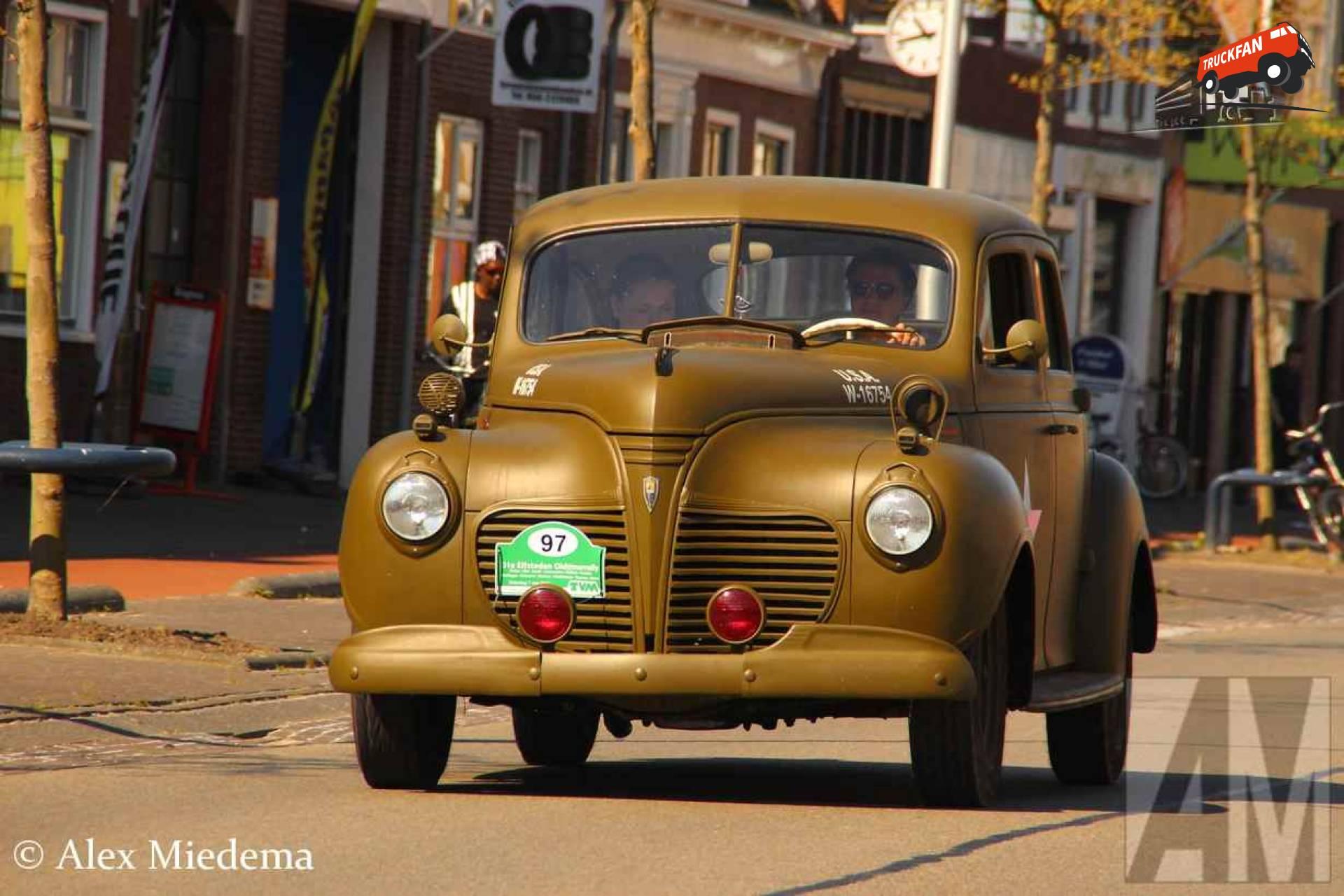 Plymouth De Luxe