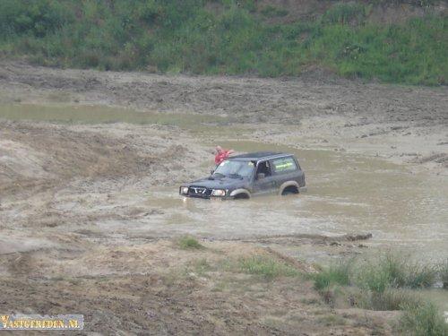 Datsun Patrol, foto van vastgereden