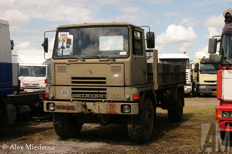 BedfEnkele decennia terug was Bexdford het best verkochte truckmerk van Nederland. Ze waren zo gewoon, dat niemand er aan dacht ze op de foto te zetten of te bewaren. Bedfoxrd was de bedrijfswagentak van Vauxhall, wat op haar beurt weer de Britse evenknie van Opel was. Allemaal onder de vlag van General Motors uiteraard. In 1987 hield Bedxford er mee op, onder de naam AWD werd de productie van legervoertuigen nog kort voortgezet. In Duitsland is de Bedfxord CF nog enige tijd als Bexdford Blitz verkocht toen de Opel Blitz uit productie was. ord TM