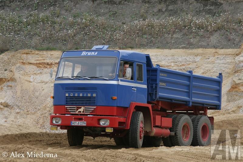 BüssHeinrich Büssing bouwde in 1903 zijn eerste truck. In 1931 werd N.A.G overgenomen, vanaf dat moment tot 1950 droegen de trucks de merknaam Büssing-N.A.G.. In 1971 werd Büssiorigineelng op haar beurt zelf overgenomen door M.A.N.. De trucks die daarna nog in Salzgitter an de band liepen, veelal met de beroemde Unterflur-motoren, hadden de eerste jaren nog de naam M.A.N.-Büssing. De Braunschweiger Löwe, het logo van Büssorigineeling is nog steeds terug te vinden op elke MAN truck.ing BS