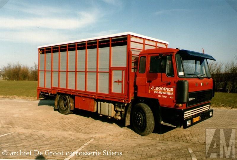 DAF 1600 Eén van de vele veetransport-carrosserieën die De Groot opgebouwd heeft was voor J. Dooper uit Blauwhuis, op het chassis van een relatief compacte Eén van de vele veetransport-carrosserieën die De Groot opgebouwd heeft was voor J. DoEén van de vele veetransport-carrosserieën die De Groot opgebouwd heeft was voor J. DoEén van de vele veetransport-carrosserieën die De Groot opgebouwd heeft was voor J. DoopEén van de vele veetransport-carrosserieën die De Groot opgebouwd heeft was voor J. Dooper uit Blauwhuis, op het chassis van een relatief compacteEén van de vele veetransport-carrosserieën die De Groot opgebouwd heeft was voor J. Dooper uit Blauwhuis, op het chassis van een relatief compacteEén van de vele veetransport-carrosserieën die De Groot opgebouwd heeft was voor J. Dooper uit Blauwhuis, op het chassis van een relatief compacteer uit Blauwhuis, op het chassis van een relatief compacteoper uit Blauwhuis, op het chassis van een relatief compacteoper uit Blauwhuis, op het chassis van een relatief compacte
