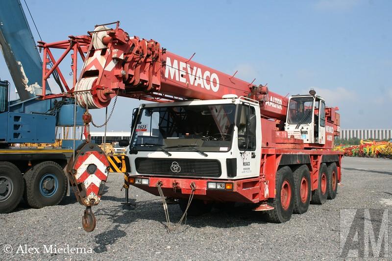 KrIn 1968 werd gestopt met de bouw van trucks voor de weg, het dealernetwerk en dergelijke werd overgedaan aan Daimler-Benz. Men bleef wel onder andere telescoopkranen bouwen. Deze afdeling is echter door Manitowoc gekocht en samengevoegd met Grove. Gelukkig hebben we de foto's nog.pp telescoopkraan