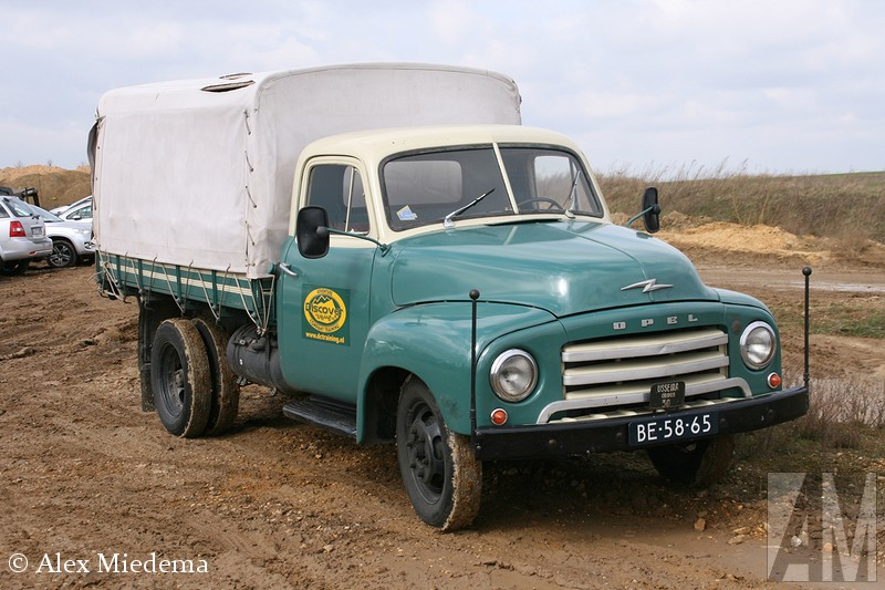 Opel in 1931 op de markt kwam, ging het pas echt goed lopen. Een paar jaar later werd dit één van de belangrijkste legertrucks van Adolf Hitler en zijn gevolg. Zelfs Daimler-Benz werd gedwongen een tijd lang Opels te bouwen voor het Duitse leger. In 1952 verscheen het type met de Amerikaanse snoet, die op zijn beurt in 1959 op werd gevolgd door de laatste generatie Blitz, met het kleine neusje. Deze laatste serie was meer een uit de kluiten gewassen bestelwagen dan een vrachtwagen. In 1975 werd de productie gestopt, in Duitsland was de Bedford CF nog wel te koop als Bedford Blitz. Na 1975 zou het enkele decennia duren voor Opel met de Movano weer terug zou komen op de wat zwaardere bedrijfswagenmarkt. Of die ooit net zo'n illustere klank krijgt als de Blitz? De tijd zal het leren, maar ik denk het eerlijk gezegd niet Blitz