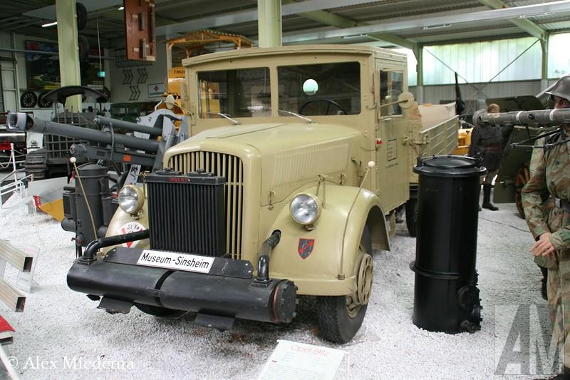 Opel  in 1931 op de markt kwam, ging het pas echt goed lopen. Een paar jaar later werd dit één van de belangrijkste legertrucks van Adolf Hitler en zijn gevolg. Zelfs Daimler-Benz werd gedwongen een tijd lang Opels te bouwen voor het Duitse leger. In 1952 verscheen het type met de Amerikaanse snoet, die op zijn beurt in 1959 op werd gevolgd door de laatste generatie Blitz, met het kleine neusje. Deze laatste serie was meer een uit de kluiten gewassen bestelwagen dan een vrachtwagen. In 1975 werd de productie gestopt, in Duitsland was de Bedford CF nog wel te koop als Bedford Blitz. Na 1975 zou het enkele decennia duren voor Opel met de Movano weer terug zou komen op de wat zwaardere bedrijfswagenmarkt. Of die ooit net zo'n illustere klank krijgt als de Blitz? De tijd zal het leren, maar ik denk het eerlijk gezegd nietBlitz