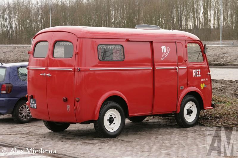 Peugeot D4b het bouwjaar van dit exemplaar is 1963. Dit busje werd oorspronkelijk ontworpen door Chenard-Walker, en kwam in 1946 op de markt, nog vóór de Volkswagen 'type 2′ dus. Na de overname van Chenard-Walker door Peugeot in 1950 ging de besteller voortaan door het leven als Peugeot D3. Vanaf 1953 werd een bijrijdersstoel als optie beschikbaar. Vanaf 1955 werd de motor van de Peugeot 403 toegepast en werd tegen meerprijs een schuifdeur in de zijwand leverbaar. Vanaf dat moment werd de naam veranderd in Peugeot D4. Vanaf oktober 1959 was een dieselmotor leverbaar, enkele maanden later werd de benzinemotor-geupgrade van 45 naar maar liefst 50 pk. Vanaf dat moment werd de naam 'D4b', dat is ook de uitvoering die we in deze blog terug zien. In 1965 werd het model vervangen door de Peugeot J7. het bouwjaar van dit exemplaar is 1963. Dit busje werd oorspronkelijk ontworpen door Chenard-Walker, en kwam in 1946 op de markt, nog vóór de Volkswagen 'type 2′ dus. Na de overname van Chenard-Walker door Peugeot in 1950 ging de besteller voortaan door het leven als Peugeot D3. Vanaf 1953 werd een bijrijdersstoel als optie beschikbaar. Vanaf 1955 werd de motor van de Peugeot 403 toegepast en werd tegen meerprijs een schuifdeur in de zijwand leverbaar. Vanaf dat moment werd de naam veranderd in Peugeot D4. Vanaf oktober 1959 was een dieselmotor leverbaar, enkele maanden later werd de benzinemotor-geupgrade van 45 naar maar liefst 50 pk. Vanaf dat moment werd de naam 'D4b', dat is ook de uitvoering die we in deze blog terug zien. In 1965 werd het model vervangen door de Peugeot J7. het bouwjaar van dit exemplaar is 1963. Dit busje werd oorspronkelijk ontworpen door Chenard-Walker, en kwam in 1946 op de markt, nog vóór de Volkswagen 'type 2′ dus. Na de overname van Chenard-Walker door Peugeot in 1950 ging de besteller voortaan door het leven als Peugeot D3. Vanaf 1953 werd een bijrijdersstoel als optie beschikbaar. Vanaf 1955 werd de motor van de Peugeot 403 toegepast en werd teg