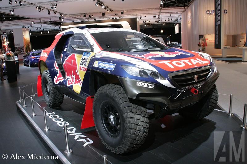 Peugeot 2008 DKR Peugeot doopt z'n Dakar-deelnemer 2008 DKR en heeft er wel een lekker agressief uitziend apparaat van gemaakt. Officieel noemen de Fransen het een voorproefje van wat er door het zand gaat stuiven, maar reken er maar op dat de definitieve racer niet al te veel van dit exemplaar gaat afwijken. Peugeots Style Centre en z'n Sport Design-afdeling hebben zich beide mogen uitleven op de 2008. Op technisch vlak heeft het Franse merk overigens een bijzondere keuze gemaakt. De 2008 DKR is namelijk geen vierwielaandrijver.