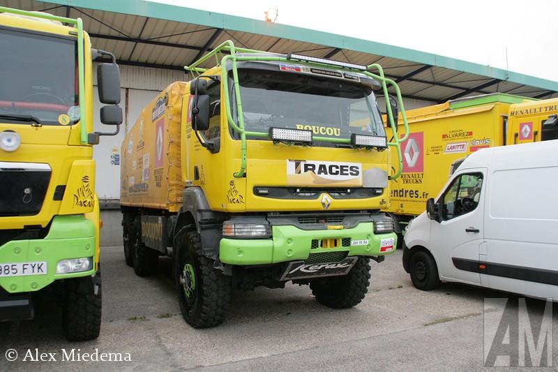 Misschien wel het Dakar team met de meeste trucks is Boucou. Hier kun je service inhuren. De voor ons bekendste klant van editie 2015 is het team van De Rooy, waar men snelle service voor doet. Daarom ook de De Rooy Iveco met Adua achter het stuur in de Boucou kleuren. Er is nog een andere oude De Rooy truck in het wagenpark, een DAF CF, die echter is ingeschreven als een Renault Kerax. Hierbij eerst een aantal fotos van het inschepen van 2015, daarna van voorgaande jaren.