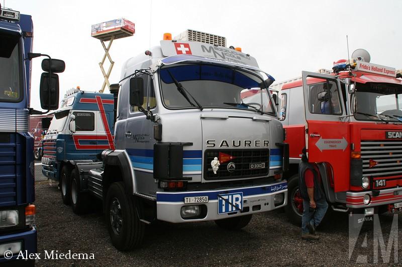 SauIn 1903 bouwde Adolph Saurer zijn eerste bedrijfswagen in het Zwitserse Arbon, een vijftonner met een viercilinder motor. De Saurer trucks stonden bekend om hun goede kwaliteit, al snel kwamen er vele vestigingen in andere landen en werden de trucks door anderen in licentie gebouwd. Zo zette M.A.N. haar eerst stapjes op het gebied van truckbouw met een Saurer-licentie. Het zustermerk van Saurer was Berna, na 1968 waren deze trucks zo goed als identiek aan elkaar. In 1982 werd het bedrijf overgenomen door Daimler-Benz, die het met FBW samenvoegde tot NAW.  Daarmee werd in één klap vrijwel de gehele Zwitserse trucindustrie de nek om gedraaid. Met name in Zwitserland zijn er nog veel trucks van het illustere merk bewaard gebleven, maar ook in Friesland kun je ze nog regelmatig tegen komen: het wagenpark van busondernemerrer D330