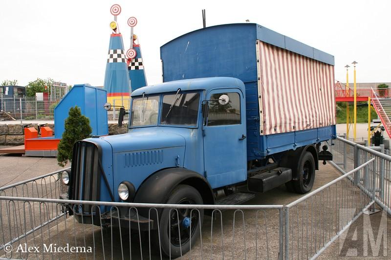 SaurIn 1903 bouwde Adolph Saurer zijn eerste bedrijfswagen in het Zwitserse Arbon, een vijftonner met een viercilinder motor. De Saurer trucks stonden bekend om hun goede kwaliteit, al snel kwamen er vele vestigingen in andere landen en werden de trucks door anderen in licentie gebouwd. Zo zette M.A.N. haar eerst stapjes op het gebied van truckbouw met een Saurer-licentie. Het zustermerk van Saurer was Berna, na 1968 waren deze trucks zo goed als identiek aan elkaar. In 1982 werd het bedrijf overgenomen door Daimler-Benz, die het met FBW samenvoegde tot NAW.  Daarmee werd in één klap vrijwel de gehele Zwitserse trucindustrie de nek om gedraaid. Met name in Zwitserland zijn er nog veel trucks van het illustere merk bewaard gebleven, maar ook in Friesland kun je ze nog regelmatig tegen komen: het wagenpark van busondernemerer LGA