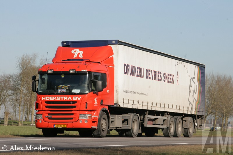 Scania P340 Het plekje bij Stiens waar ik gisteren stond beviel me wel, daar ben ik vanmiddag (18 februari 2015) dus nog een keer gaan staan. De topspot van de dag zag ik vanaf daar echter in mijn spiegel: een DAF XF met