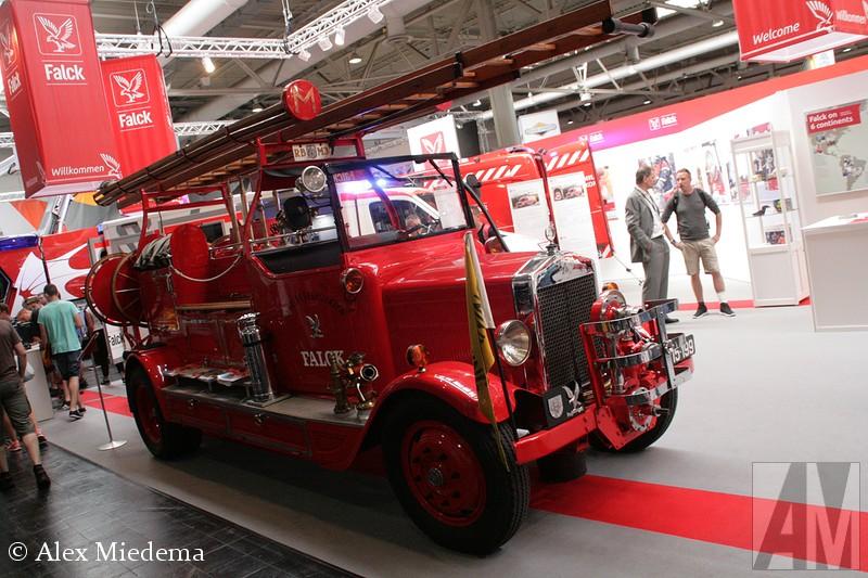 Trianiangel. Er zijn niet veel exemplaren overgebleven, deze uit de collectie van het particuliere hulpverleningsbedrijf Falck is de enige die ik ooit gezien heb. Deze stond op de grootste brandweerbeurs ter wereld, Interschutz. Deze Triangel is in 1930 gebouwd, weegt 3740 kg en heeft 70 pk. Triangel was in Odense gevestigd en bouwde tussen 1918 en 1959 trucks, bussen en treinen. In Denemarken kon je ze tot halverwege de jaren '60 nog regelmatig zien, maar bij mijn weten zijn ze amper geëxporteerd. gel onbekend/overig